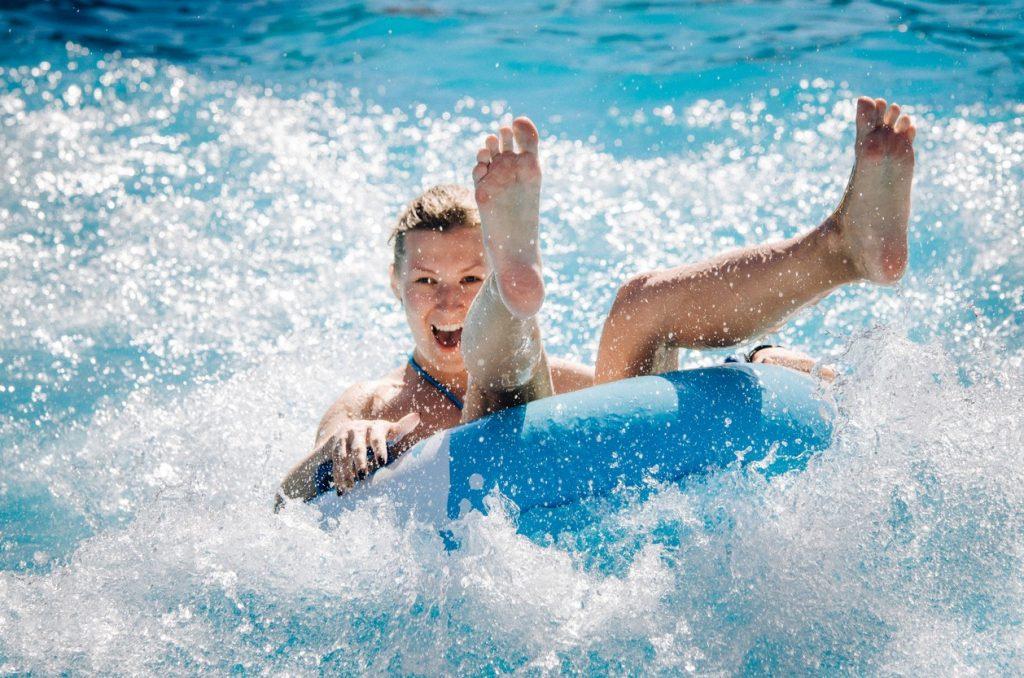 Lachende Frau in Schwimmring in einem Freizeitpark in Hurghada