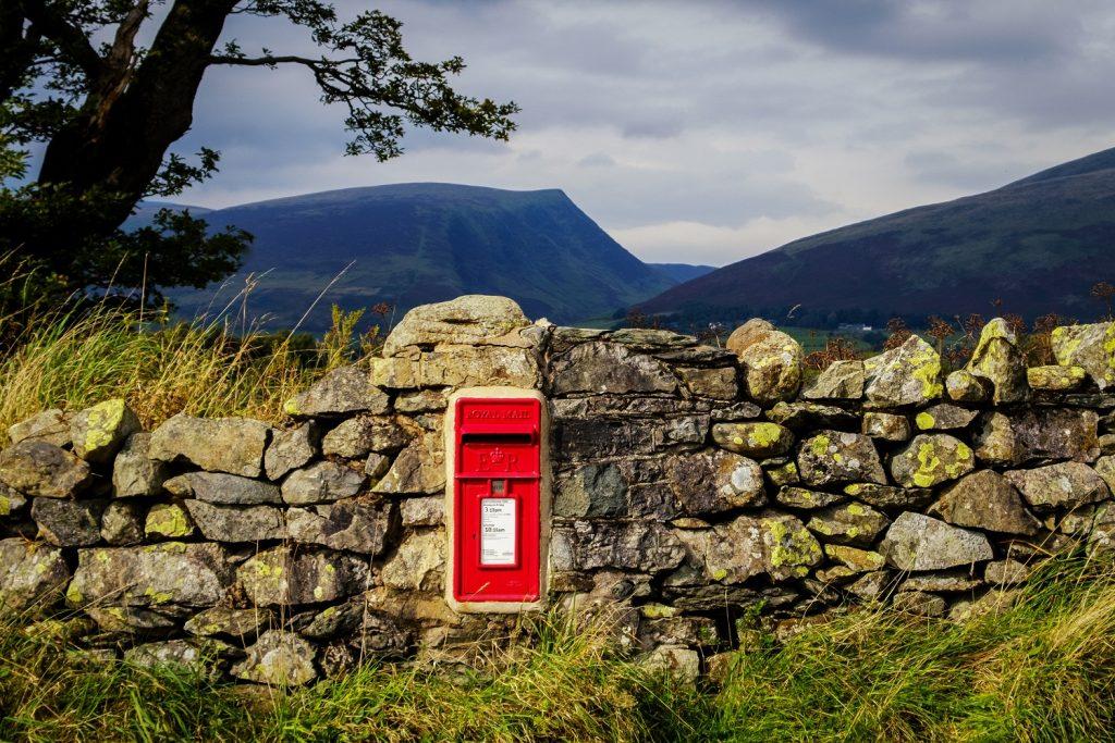 Roter Briefkasten auf dem englischen Land