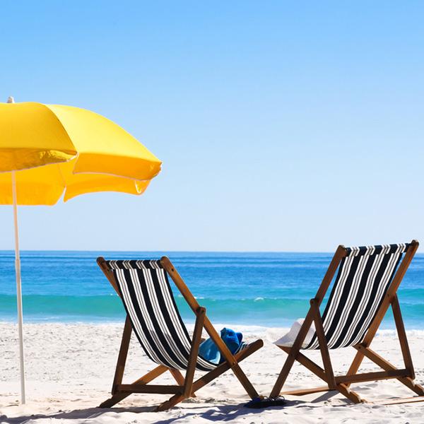 chaises au soleil en avril