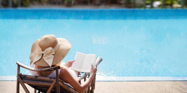 lire au bord de la piscine