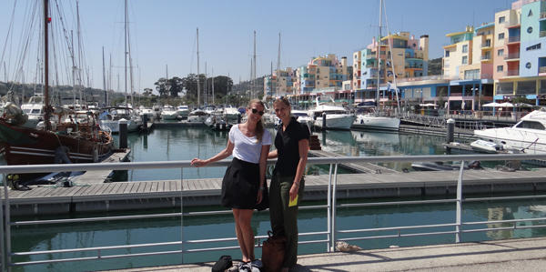 Lisa en Anne in de haven van Albufeira