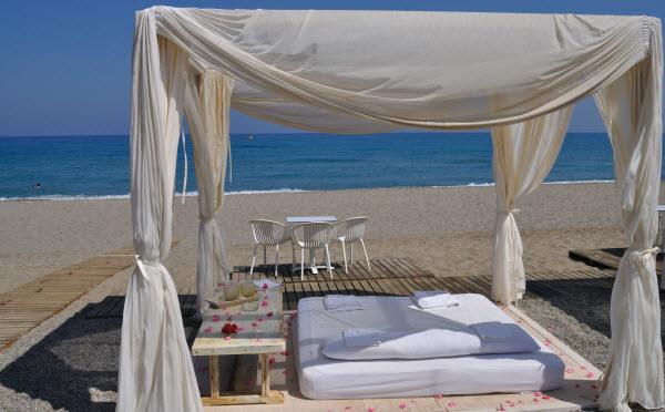 Het strand van Baja Beach in Chania