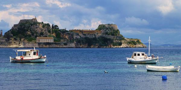 De baai van Corfu-stad met het oude fort op de achtergrond.