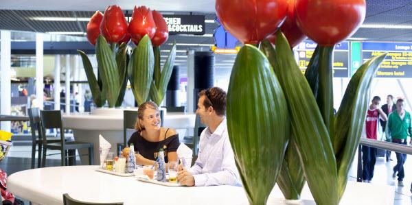 Tips om jezelf te vermaken op Schiphol - lunchen