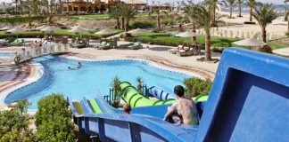 Aquapark en uitzicht vanaf de glijbaan in een Three Corners hotel in Egypte
