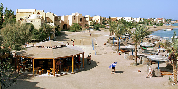 Strandbar en uitzicht op het hotel en de lagune van The Three Corners Rihana Inn & Resort in Egypte