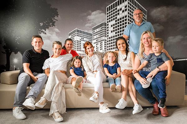Twee gelukkige families samen met K3.