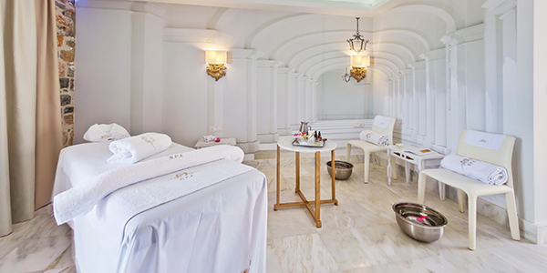 Witte massage kamer in de wellness van Royal Marmin Bay hotel
