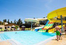 Zwembad met felgekleurde glijbanen
