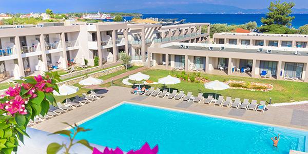 Hotel Alea & Suites zwembad en deel van het hotel.