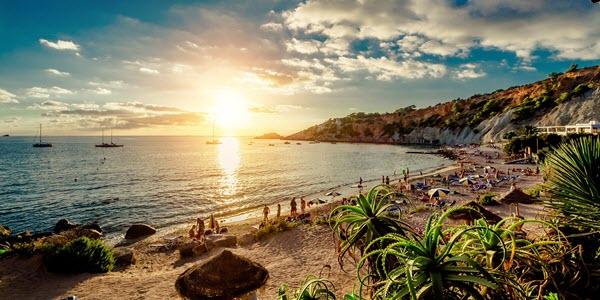Strand op Ibiza bij zonsondergang.