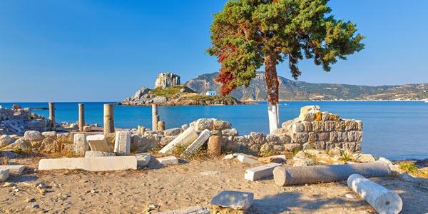 Ruïnes op Kos met uitzicht op zee en schiereiland.