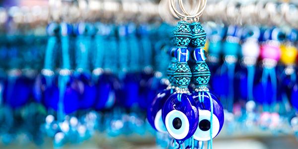 Sleutelhanders met het blauwe oog aan een rek.