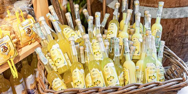Een mand vol gele Limoncello flessen