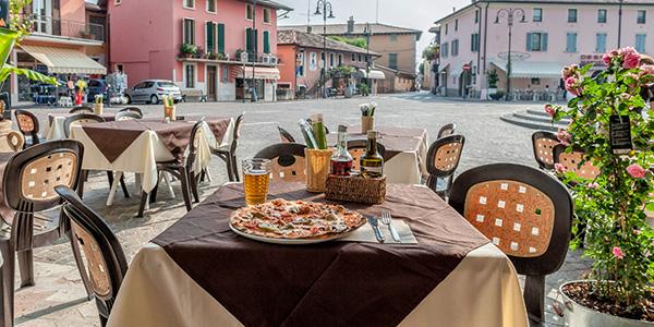 Een gedekte tafel met een pizza erop