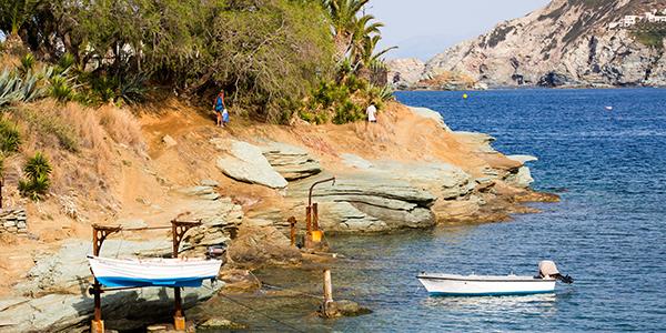 Kleinschalig strandje met vissersbootje ervoor
