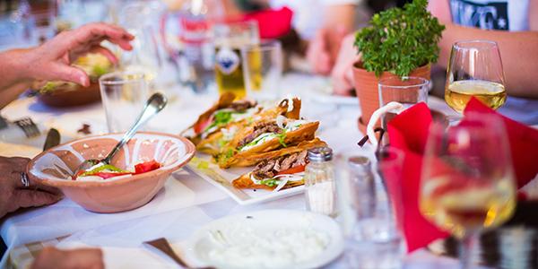 Tafel met Griekse lekkernijen en wijn