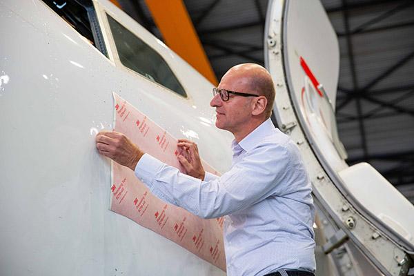 Marcel Neomagus onthult de naam van het vliegtuig.