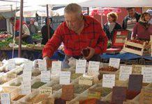 Kryddförsäljare på marknad i Turkiet