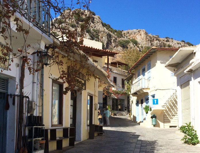 En folktom gata på Kreta