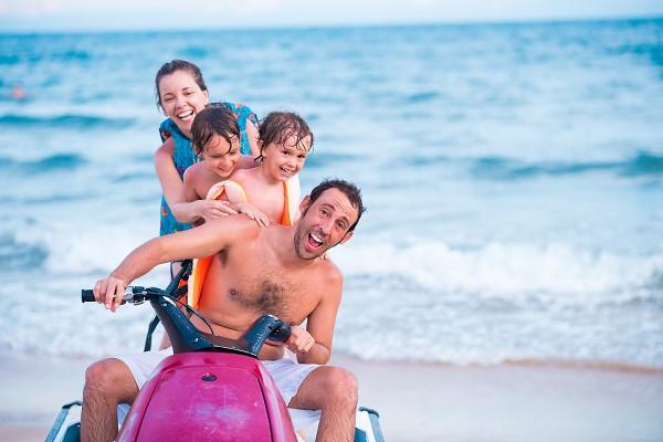 Famille passant un bon moment en jetski