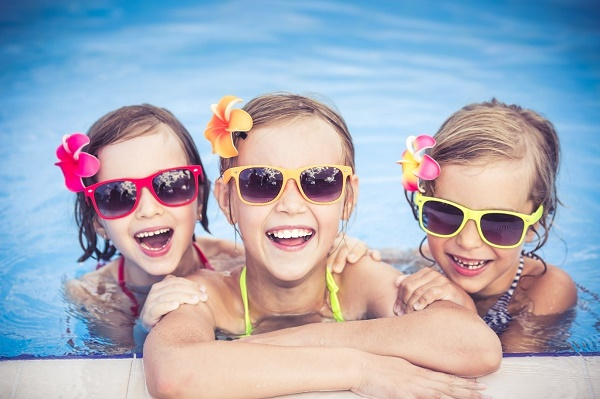 enfants heureux piscine