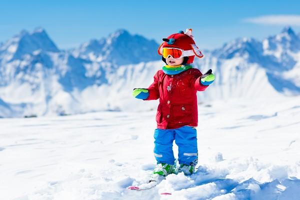bébé faisant du ski